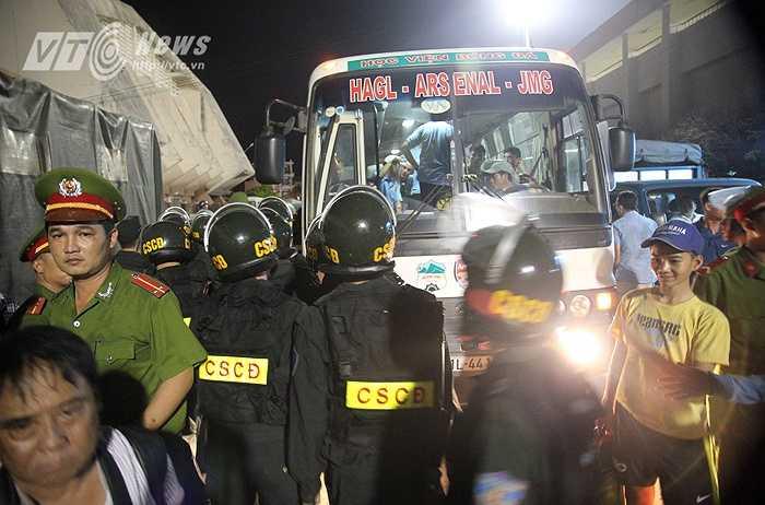 Lực lượng an ninh bảo vệ xe chở cầu thủ HAGL rời sân đấu.