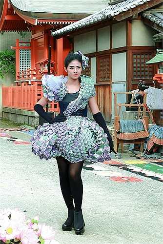 Show diễn được tổ chức ngay phía trước của bia thờ của ngôi đền Kego - ngôi đền duy nhất trên thế giới dành cho những cây kim.