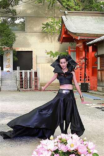 Trong show diễn này nhà thiết kế Minh Hạnh đã sử dụng một số chất liệu vải truyền thống Nhật Bản: Indigo, Hakata Ori, hay giấy thủ công của Nhật bản. Các loại vải thổ cẩm Việt Nam của người H'Mong, Tà ôi