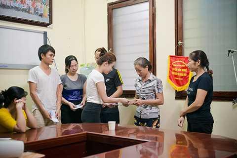 Đến với Bệnh viện Nhi Trung ương, ca sĩ Hoàng Thùy Linh đã được đại diện phòng Công tác Xã hội chia sẻ về tình trạng điều trị tại các khoa, những khó khăn trong công tác điều trị và chăm sóc, những trường hợp bệnh nhi đặc biệt. Cô đã trao tặng món quà nhỏ của mình đến các gia đình có hoàn cảnh khó khăn.