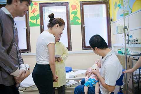 Vốn là người rất yêu thích trẻ con, nữ ca sĩ cảm thấy chạnh lòng khi nhìn thấy các em nhỏ đang phải chống chọi với bệnh tật.