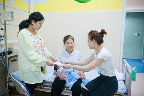 Hoàng Thùy Linh đã trực tiếp tặng quà đến các bé đang nằm tại khoa Hồi sức Ngoại. Các bé đều là những trường hợp mắc bệnh hiểm nghèo, đang trong quá trình hồi sức sau đại phẫu.