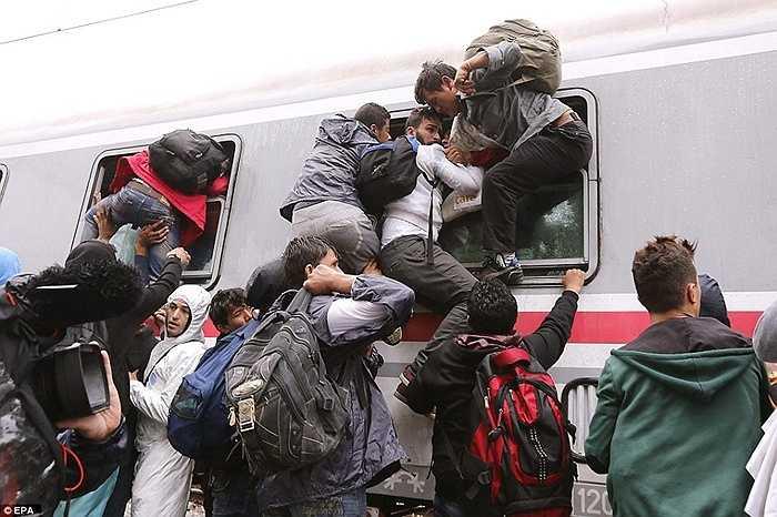 Chen lấn, hỗn loạn trên các chuyến tàu