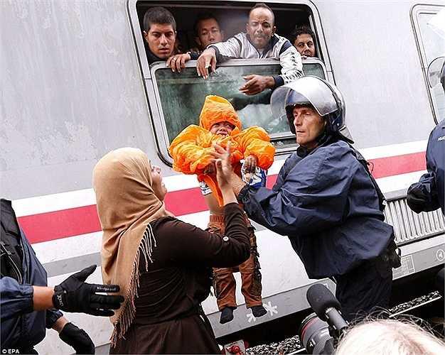 Tuy nhiên, phụ nữ và trẻ em vẫn được các cảnh sát giúp đỡ lên tàu