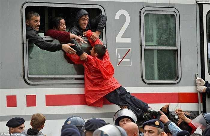 Khó khăn, cực khổ trên con đường đến châu Âu