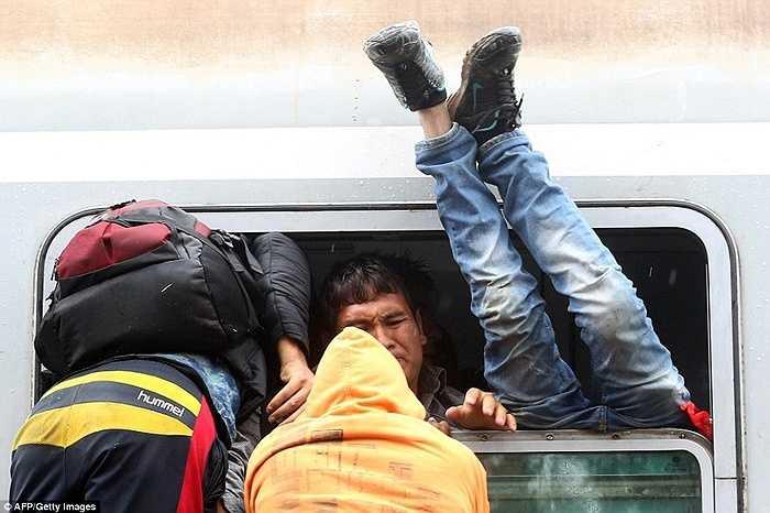 Các chuyến tàu chật ních những người đấu tranh để có các suất đi