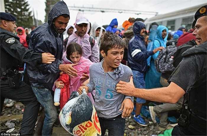 Nhiều người không kịp lên tàu và bị cảnh sát giữ lại do tình trạng đã quá đông đúc