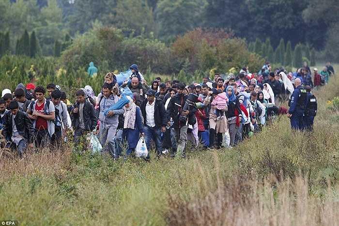 Những nhân viên cảnh sát kiểm soát từng bước đi của người tỵ nạn