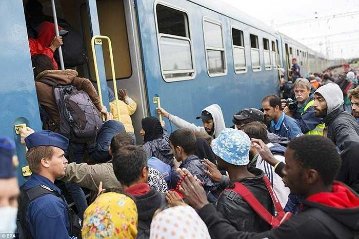 Ước tính trong lần mở cửa biên giới này, có khoảng 20.000 người tỵ nạn được châu Âu chào đón