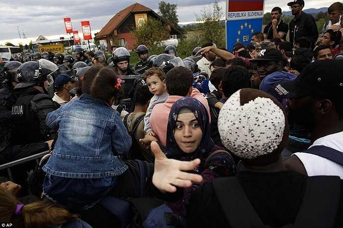 Tuy nhiên, cảnh sát vẫn phải có mặt để phòng chống tình trạng bạo loạn