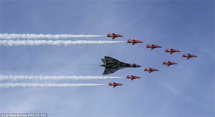 Đội bay Red Arrows tạo hình mũi trên trước máy bay ném bom Vulcan