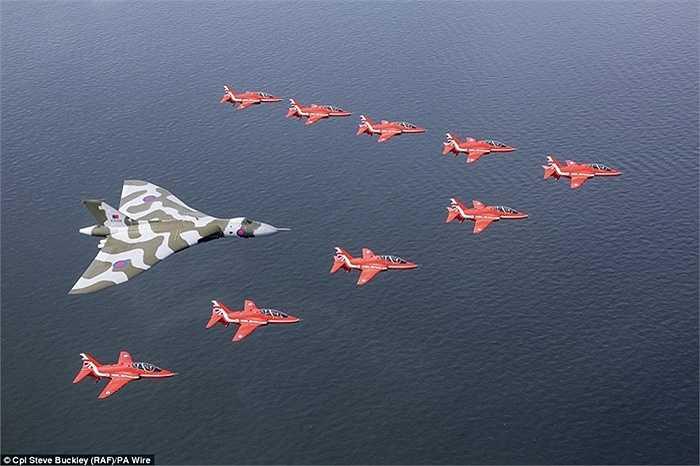 Đội hình bay tuyệt đẹp trên mặt biển