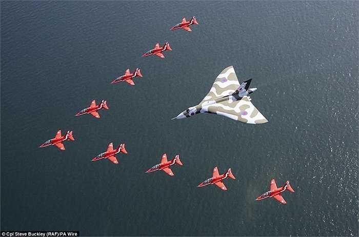 Vulcan được mũi tên đỏ bay bảo vệ