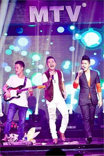 Lần lượt từng ca sĩ thể hiện những ca khúc sở trường và sau đó là song ca cùng nam ca sĩ Lâm Vũ rất ăn ý và sôi nổi.