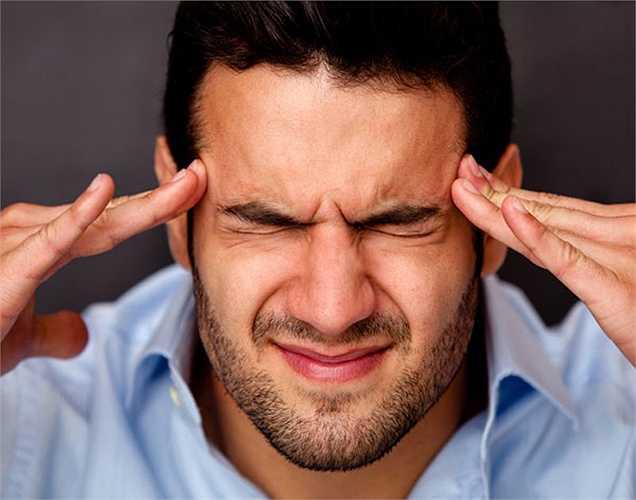 1. Đau đầu nhiều: Đây là một trong những biến chứng nghiêm trọng nhất. Nó thường dẫn đến xuất huyết não mà cuối cùng dẫn đến cái chết trong hầu hết các trường hợp.