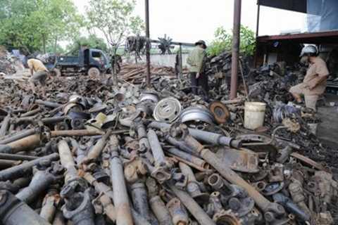 Các thương lái, chủ cửa hàng sửa chữa ô tô từ khắp nơi trên cả nước đổ về thôn chọn mua phụ tùng. Cái nào còn dùng được thì để bán riêng còn lại những đồ hỏng hóc đem bán đồng nát được khoảng 9 nghìn - 15 nghìn/kg.