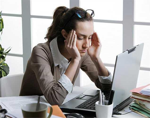 Nhức đầu liên tục: các mô thần kinh rất nhạy cảm, khi có nhiều độc tố trong cơ thể, sẽ gây ra đau đầu liên tục.