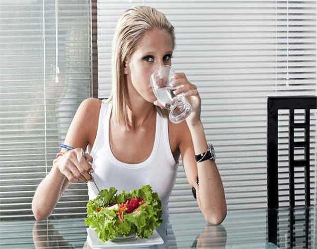 Cơ thể quá nóng: Khi gan chứa nhiều độc, cơ thể có xu hướng nóng hơn. Điều này là do sự tích tụ của các chất độc trong cơ thể.