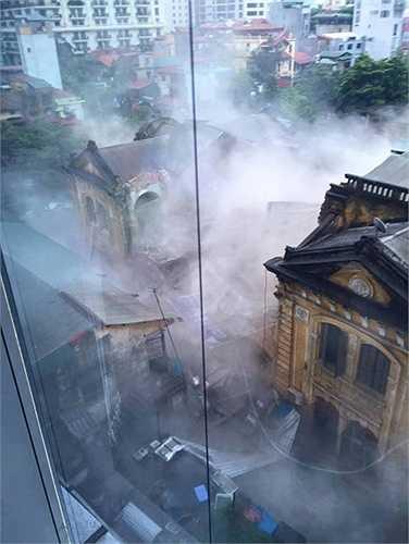 Vào 12h45 phút trưa nay (22/9), căn nhà cổ  cao 2 tầng tại 109 Trần Hưng Đạo, quận Hoàn Kiếm Hà Nội bất ngờ đổ sập. (Ảnh: Facebook)