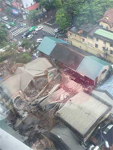 Chỉ trong giây lát, cả tòa nhà sụp xuống không ai kịp trở tay. (Ảnh: Facebook)