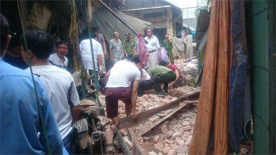Lực lượng cứu hộ đang nỗ lực giải cứu các nạn nhân.