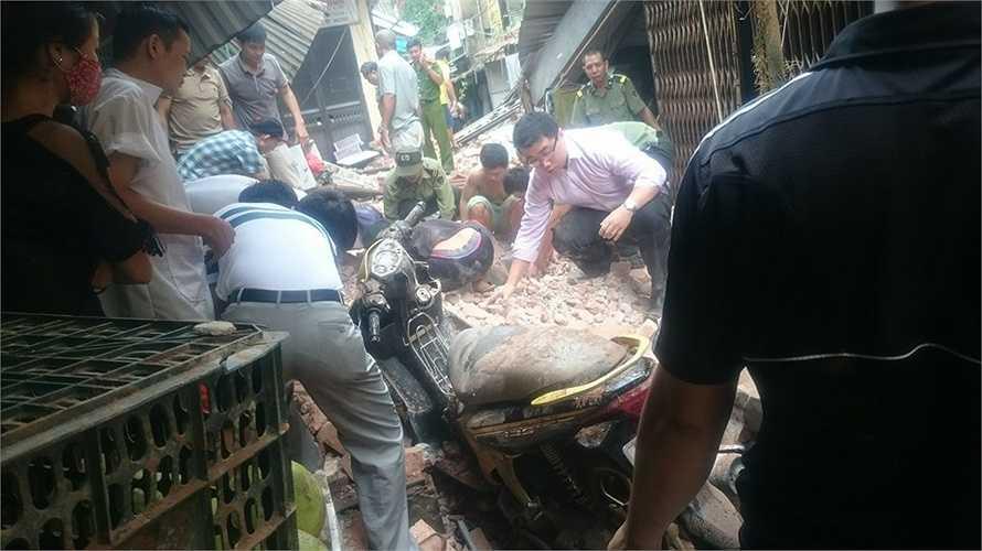 Người dân cùng lực lượng chức năng đã tiến hành tìm kiếm các nạn nhân mắc kẹt. (Ảnh: Facebook)