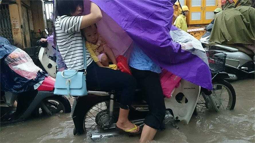 Trận mưa kéo dài từ đêm 21/9 đến 8h sáng 22/9 vẫn chưa dừng khiến nhiều tuyến phố Hà Nội lại rơi vào tình trạng ngập nặng.