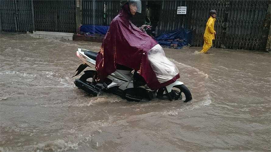 Do nước ngập quá sâu nên Xí nghiệp thoát nước số 4 đã phải bố trí máy bơm để bơm nước thoát ra ngoài...