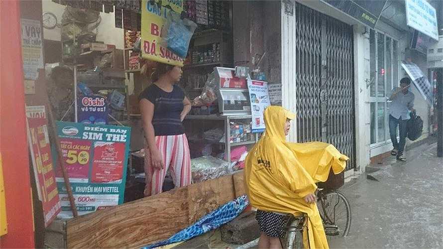 Phố Định Công (Hoàng Mai) tình trạng nước ngập rất nghiêm trọng.