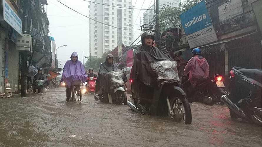 Nước mưa ngập đến quá nửa bánh xe máy.