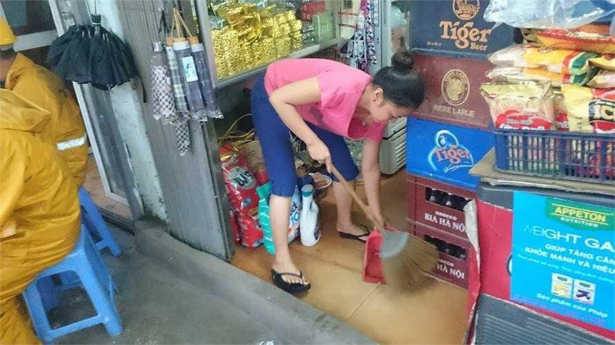 Nước ngập vào tận trong nhà, có nhiều cửa hàng thậm chí đã phải đóng cửa.
