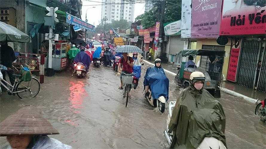 Các em học sinh vẫn phải đội mưa đến trường