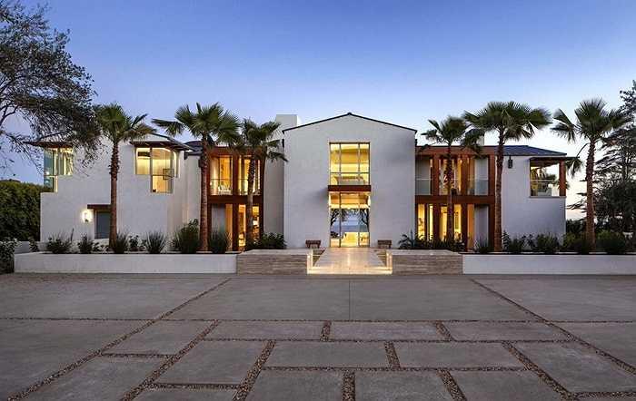 Ngôi nhà rộng gần 1000 mét vuông tọa lạc trên đường Santa Barbara, bang California có tầm nhìn hướng thẳng ra bờ biển Thái Bình Dương.
