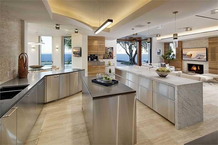 Phòng bếp rộng rãi và sang trọng với nội thất đá và thép không gỉ.