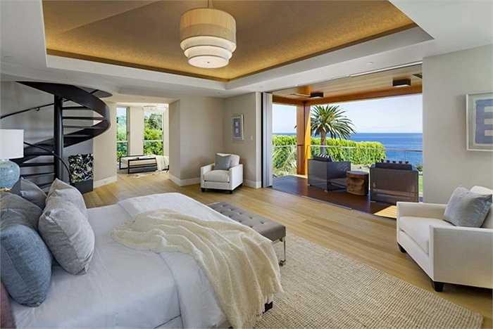 Phòng ngủ ngập tràn ánh sáng tự nhiên, có làn cầu thang nhỏ lên đài quan sát trên tầng ba của căn nhà.