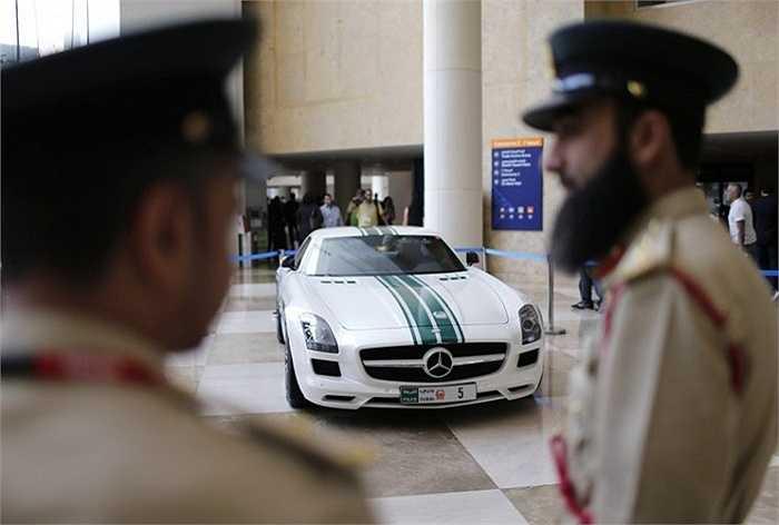 Các đội cảnh sát Dubai được trang bị những chiếc Lamborghini, Ferrari và Bentley. Điều này cho phép họ bắt những tài xế vi phạm tốc độ vượt xe khác. Đừng ngạc nhiên nếu bạn nhìn thấy một chiếc Mercedes-Benz SLS AMG như một chiếc xe cảnh sát trên đường phố Dubai
