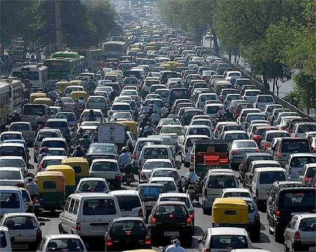 Năm 1968 chỉ có 13 xe ô tô tại Dubai. Ngày nay, giao thông trong thành phố rất dày đặc