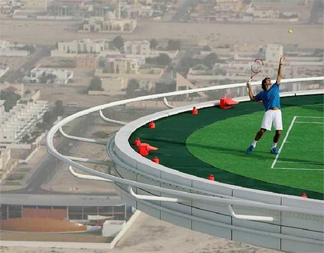 Sân tennis cao nhất thế giới nằm ở Dubai. Nó nằm trên đỉnh của Burj Al Arab, một khách sạn vô cùng sang trọng. Nó đã được sử dụng cho trận đấu giữa Andre Agassi và Roger Federer. Đôi khi nó còn được sử dụng như một sân bay trực thăng