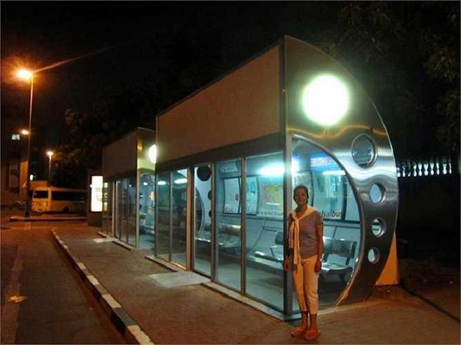 Các điểm dừng xe buýt ở Dubai được khép kín và có máy lạnh. Do sức nóng và độ ẩm cao ở đây, nó là một điều cần thiết hơn là một sự xa xỉ