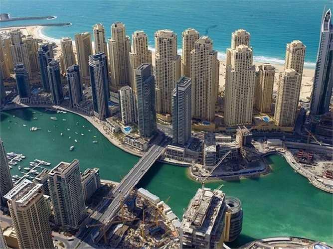 Kinh doanh dầu chỉ chiếm 6% doanh thu của nền kinh tế Dubai. Kinh tế địa phương chủ yếu dựa vào bất động sản và du lịch