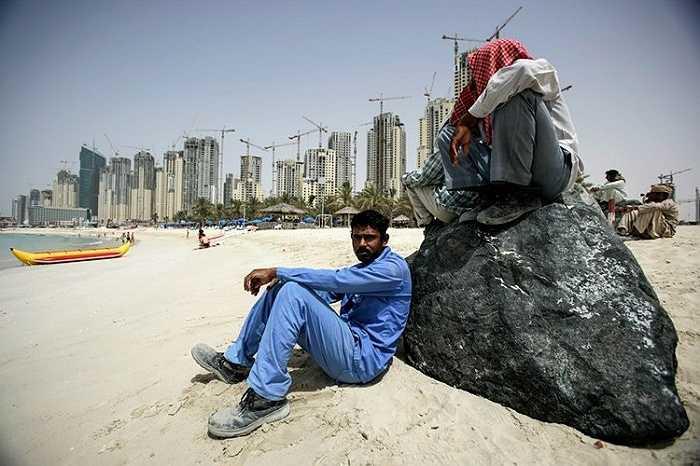 Khoảng 85% dân số Dubai là người nước ngoài. Họ đến từ Ấn Độ, Pakistan và Bangladesh để tìm kiếm một công việc được trả lương cao