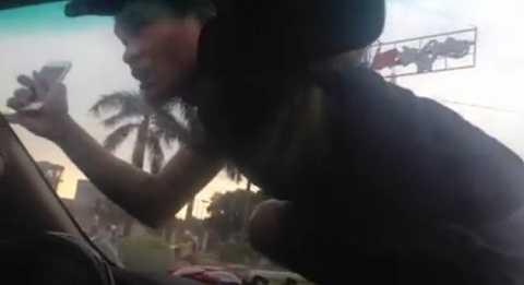 Thanh niên liều lĩnh trèo lên nóc ô tô để uy hiếp