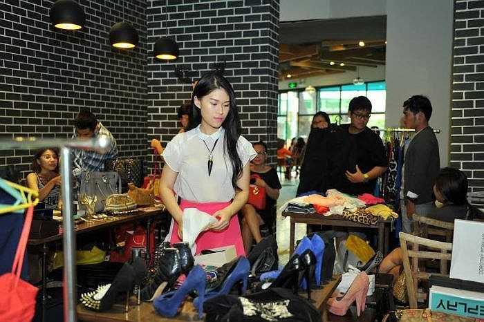 Cô cùng một người bạn thân kì công sửa soạn trong nhiều ngày để lựa chọn những bộ quần áo, giày, dép, túi xách… ít sử dụng đến và bày bán tại một quầy hàng tại TP. Hồ Chí Minh nhằm gây quỹ từ thiện, giúp đỡ những trẻ em bị hở hàm ếch.
