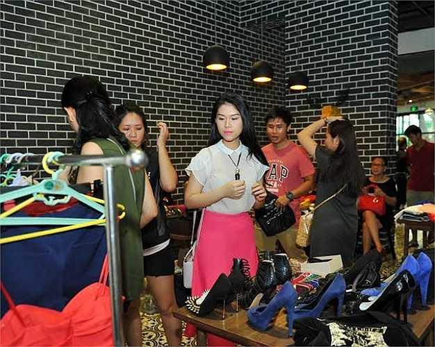Với một hoạt động mang tính chất thực tế, Ngọc Thanh Tâm chuẩn bị hầu hết những món đồ thông dụng, hợp thời trang để mọi người tham gia chương trình có thể thoải mái lựa chọn và ủng hộ.