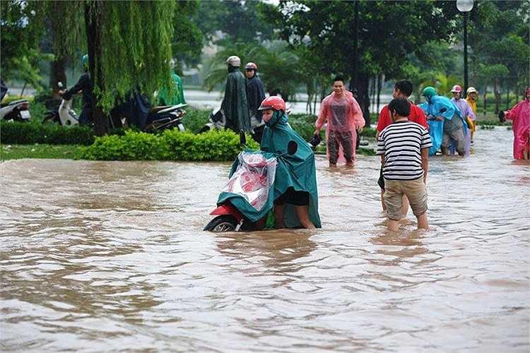 Sáng 22/9, tại khu vực Đền Lừ (Hoàng Mai) nước vẫn còn ngập nặng.
