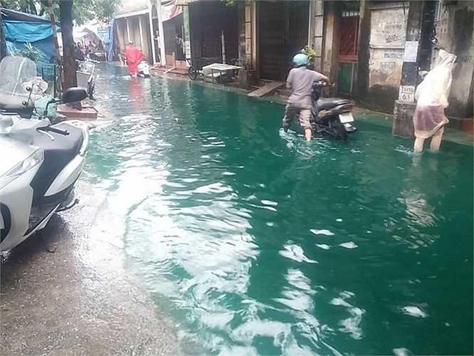 Tại khu vực Minh Khai, tình trạng tương tự cũng diễn ra.