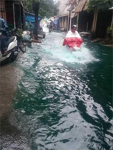Nước ngập quá cả bánh xe. (Ảnh: Hòa Nguyễn)