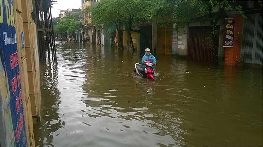 Tại phố Thanh Đàm (Hoàng Mai) tình trạng ngập lụt nặng nề cũng diễn ra tương tự. (Ảnh: Phạm Ngọc Dương)