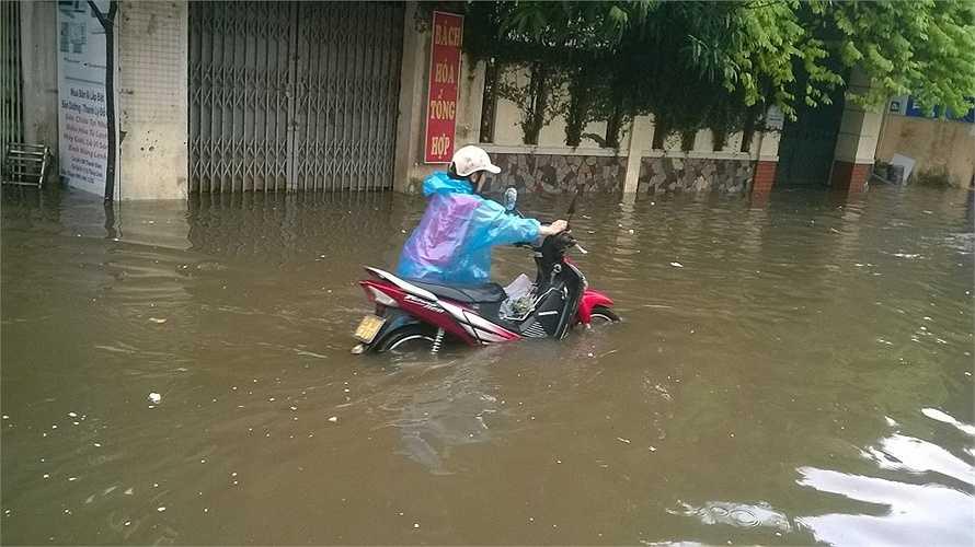 Nước ngập qua gối, cao quá nửa xe. (Ảnh: Phạm Ngọc Dương)