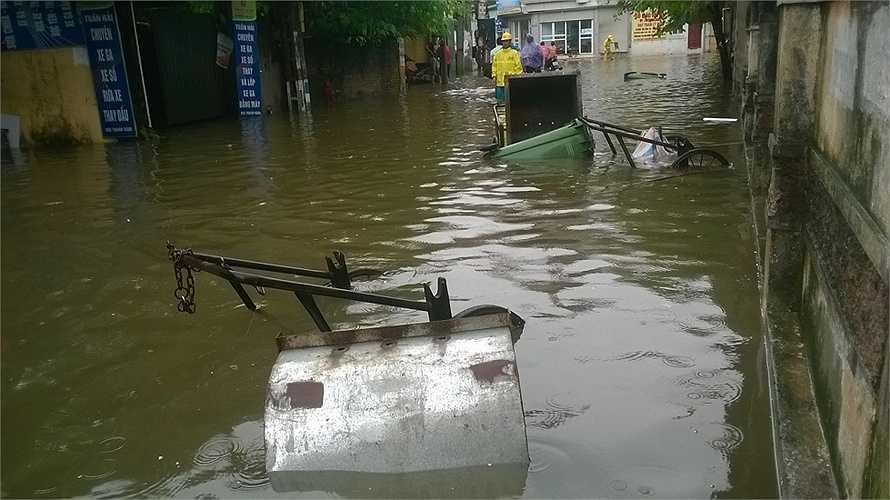 Nhiều xe rác bị sóng nước đánh đổ. (Ảnh: Phạm Ngọc Dương)